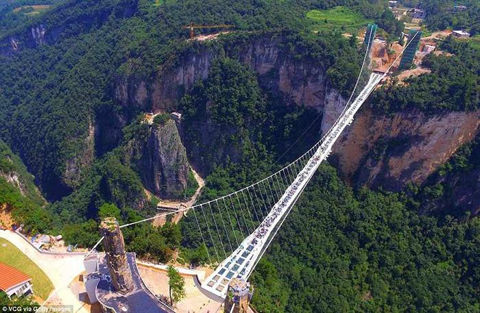 عکس هایی بلندترین و طولانی ترین پل شیشه ای جهان در چین